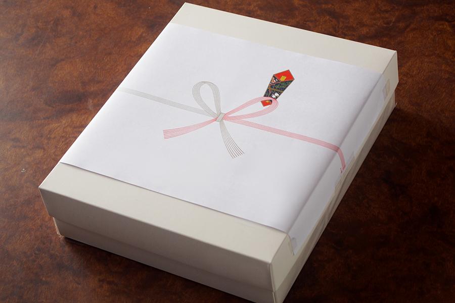 のし紙の付いたギフトボックス