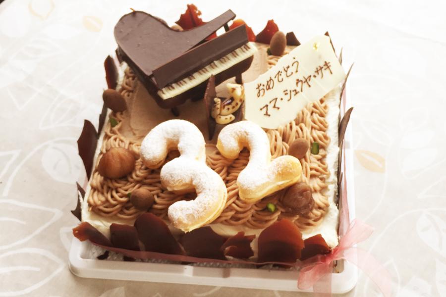 ナンバーシューとピアノのお菓子が乗ったスペシャルデコレーションの制作例