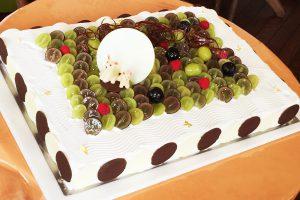 果物と動物のお菓子で季節感を出したスペシャルデコレーションの制作例
