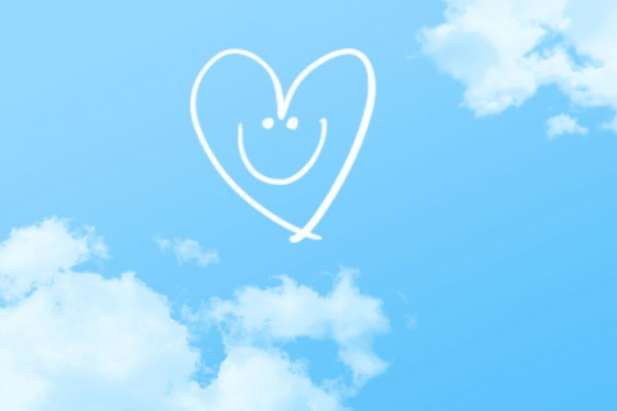 青空に描かれた笑顔のハートマーク