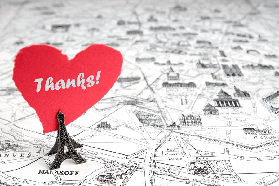 Thanksの文字とパリの街